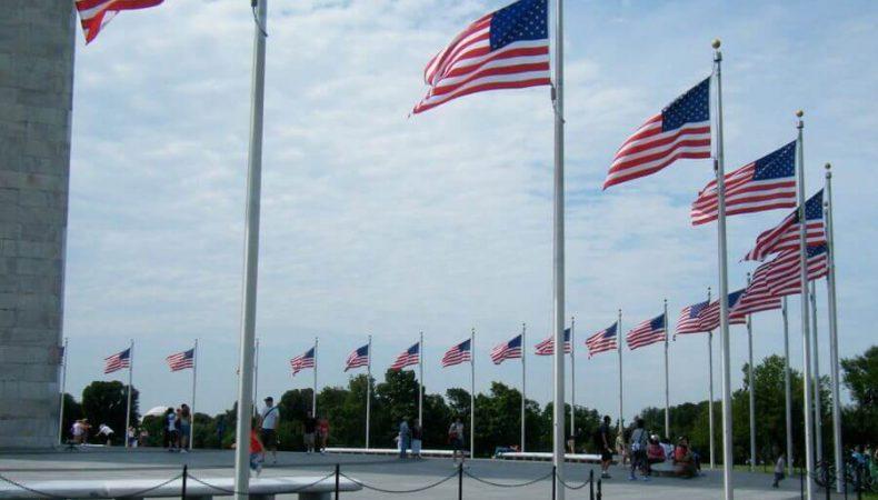 アメリカ国旗が並んでいる