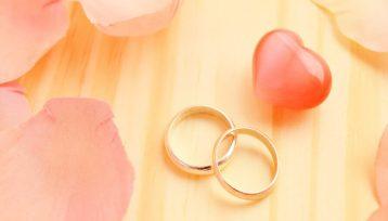 ペアで並んだ結婚指輪